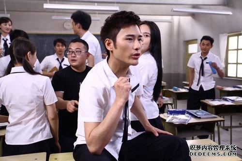 """朱梓骁""""重返校园"""" 《最新攻城掠地私服》MV中扮课堂搞怪王"""