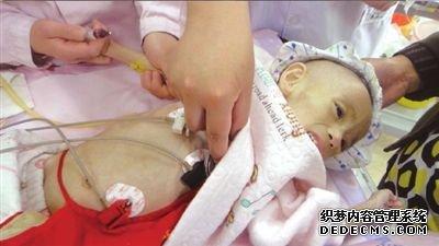 小雨鑫正在接受身体检查。天使妈妈基金供图