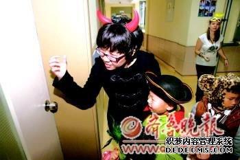 老师带着身穿各样服饰的孩子们挨个办公室讨要糖果。记者赵金阳摄
