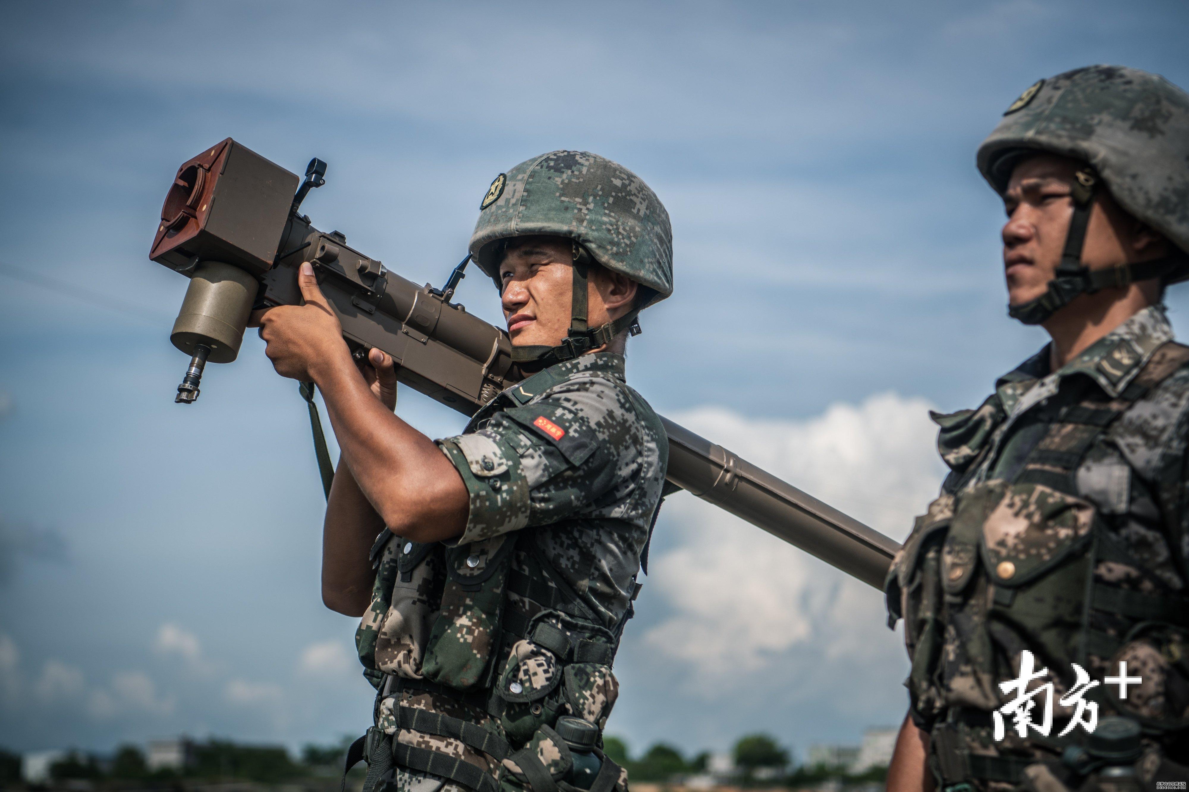 为确保射击精度,射手在发射导弹时,要求动作、姿势绝对不能变形。在日常训练时,周振宇需要右肩扛着几十斤的导弹发射器纹丝不动。